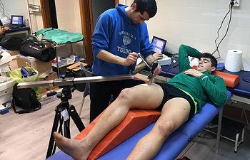 Investigador del grupo IGOID practicando un test a uno de los futbolistas.