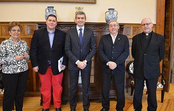 Álvaro Gutiérrez, con el equipo directivo de Cáritas Diocesanas de Toledo