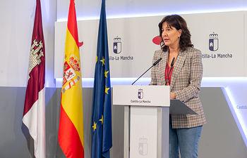 La consejera de Igualdad y portavoz del Gobierno regional, Blanca Fernández, comparece en rueda de prensa, en el Palacio de Fuensalida, para informar sobre los acuerdos del Consejo de Gobierno. (Foto: A. Pérez Herrera // JCCM).
