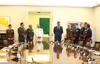 El presidente del Gobierno en funciones, Pedro Sánchez, en la sala del Consejo de Ministros junto a los oficiales generales de las Fuerzas Armadas y la Guardia Civil. Foto: fervero-67