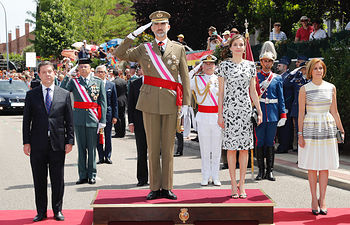 Sus Majestades los Reyes reciben honores a su llegada al acto