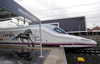 Salida del primer tren Ave de la estación de Albacete Los Llanos, en la inauguración como línea comercial de la conexión ferroviaria de alta velocidad de Renfe entre Madrid, Cuenca y la capital albaceteña.