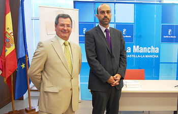El secretario general del SESCAM, José Antonio del Ama (i), y el director de Sanitaria 2000, Ricardo López, han presentado hoy la segunda edición de los Premios a la Sanidad de Castilla-La Mancha.