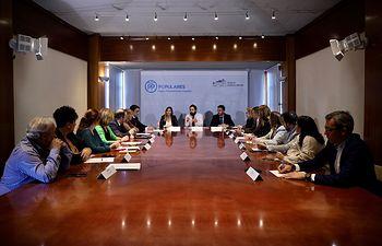El presidente del PP-CLM, Paco Núñez, en la reunión que ha mantenido con portavoces y concejales de las localidades con hospital público de la región, en Toledo.