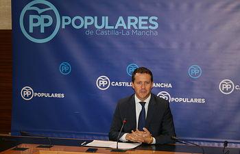 Velázquez en rueda de prensa en las Cortes regionales.