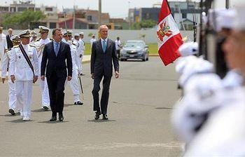 El ministro de Defensa, Pedro Morenés a su llegada a la República de Perú. (Foto Ministerio)
