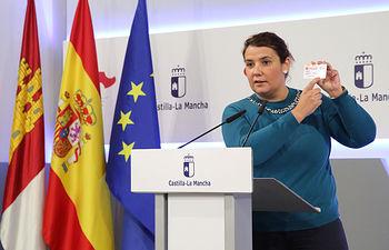 La consejera de Fomento, Agustina García Élez, presenta  la aplicación para solicitar el documento de acreditación al acceso del descuento joven en el transporte regional