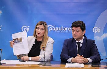 La secretaria general del PP de Castilla-La Mancha, Carolina Agudo, junto al viceportavoz del PP en la Diputación de Albacete, Francisco Navarro, de la rueda de prensa que han ofrecido este viernes en las Cortes Regionales.