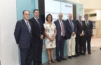 El Consejo Consultivo de Castilla-La Mancha Oeste de Liberbank se reunió en la remodelada oficina de Toledo y conoció el nuevo modelo de atención al cliente