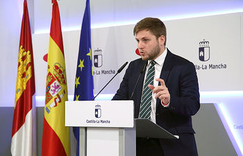 El portavoz del Gobierno regional, Nacho Hernando, informa de los acuerdos aprobados en el Consejo de Gobierno en una rueda de prensa, en el Palacio de Fuensalida. (Foto: Álvaro Ruiz // JCCM)