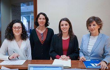Aina Vidal, Eva García Sempere, Irene Montero y Yolanda Díaz, durante el registro de la PL