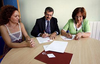 Manuela Rubio, Martín Molina y Aurora Martín, durante la firma del convenio entre CCM y ASPACECIRE