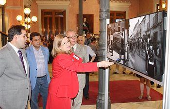Núñez inaugura en la Diputación una exposición de fotógrafos de Albacete con motivo del Día Internacional de los Archivos