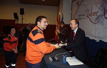 El consejero de Salud y Bienestar Social, Fernando Lamata, entrega el galardón a uno de los 13 premiados en los reconocimientos que cada año otorga su departamento a los voluntarios de Castilla-La Mancha.