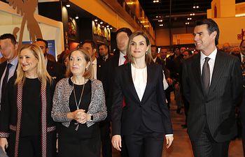 Doña Letiza al finalizar la visita a FITUR, acompañada por el ministro en funciones de Industria, Energía y Turismo, la ministra en funciones de Fomento y la presidenta de la Comunidad de Madrid