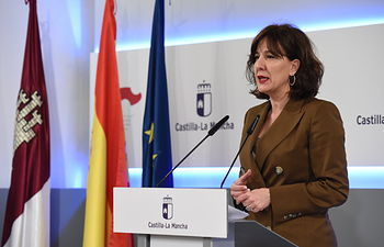 La consejera de Igualdad y portavoz, Blanca Fernández, informa en rueda de prensa, sobre los últimos acuerdos del Consejo de Gobierno de Castilla-La Mancha. (Fotos:José Ramón Márquez //JCCM ).