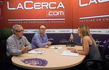 Miguel Ramón Pardo, director del Master de Comercio Internacional de la Facultad de Ciencias Económicas y Empresariales de la UCLM, junto a Francisco José González, profesor del mismo, y la periodista Miriam Martínez.