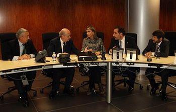 El ministro del Interior preside la reunión de la sala de crisis constituida en el aeropuerto de Barcelona (Foto: Ministerio)