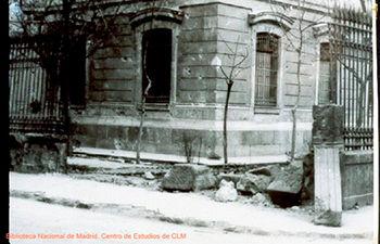 Imagen de la Diputación Provincial de Albacete con las secuelas del bombardeo (Biblioteca Nacional de Madrid. Centro de Estudios de Castilla-La Mancha).