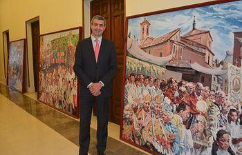 Álvaro Gutiérrez junto a los cuadros de Peces que volverán a contemplarse en el Corpus de Toledo