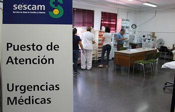 Profesionales de la GAI de Albacete montando el Punto de Atención a Urgencias Médicas de la Feria.