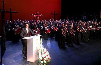 Javier Cuenca durante el Pregón de Semana Santa a cargo de José Valtueña
