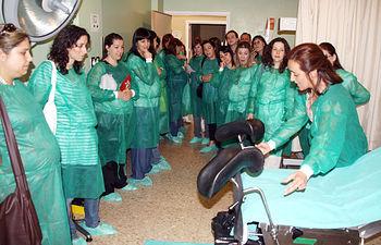 En la imagen, la visita que han realizado hoy usuarias embarazadas de Manzanares (Ciudad Real) al Servicio de Paritorio del Hospital Virgen de Altagracia.