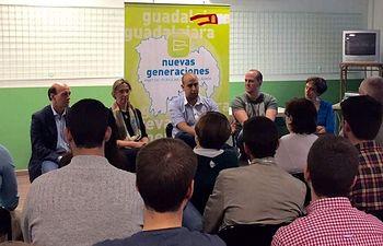 El candidato a presidir NNGG Guadalajara, Sergio Sánchez,  junto a la presidenta del PP y otros responsables de la organización