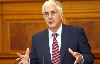 El presidente de Castilla-La Mancha, José María Barreda, interviene desde la tribuna en el Pleno de las Cortes regionales que debate la retirada del Estatuto de Autonomía del Congreso de los Diputados.