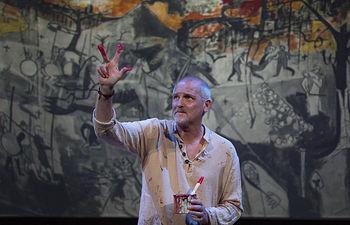 Jordi Rebellón interpreta al fotógrafo de guerra Faulques. © María Artiaga / elNorte Comunicación y Cultura