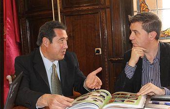 La Asociación de Tamborileros de Hellín invita al Presidente de la Diputación a la presentación de la Semana Santa