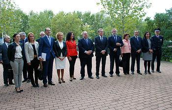 Autoridades asistentes al acto conmemorativo.