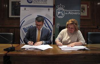 Firma del convenio de colaboración entre el Ayuntamiento de Alovera y el proyecto de Socio a Socio de CEOE-CEPYME Guadalajara.