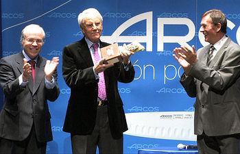 El actor Pedro Osinaga, recibiendo el XV Premio Nacional de Teatro 'Pepe Isbert', de manos de Javier López Galiacho y Toni Isbert.