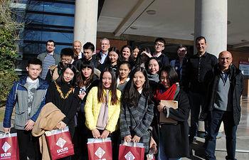 El grupo de estudiantes de Macao junto a los representantes académicos