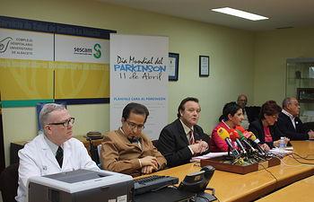 García Ferrer con profesionales de Parkinson Albacete. Foto: JCCM.