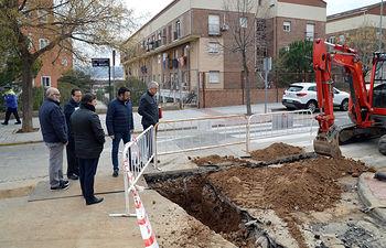 El alcalde y el concejal de Urbanismo, en su visita a las obras de la calle San Miguel. Fotografía: Álvaro Díaz Villamil / Ayuntamiento de Azuqueca