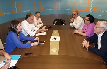 González Pons se reúne con la familia de la joven española secuestrada en Tindouf