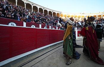 Los Reyes Magos saludan a los niños en la Plaza de Toros de Albacete. Foto: Manuel Lozano García / La Cerca