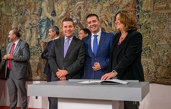 El presidente de Castilla-La Mancha, Emiliano García-Page, ha presidido hoy, en el Palacio de Fuensalida, la firma de los convenios de colaboración con las cinco diputaciones provinciales para ejecutar el Plan de Empleo 2019. (Fotos: A. Pérez Herrera // JCCM).