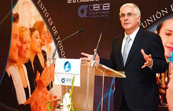 El presidente de Castilla-La Mancha, José María Barreda, dirige unas palabras a los asistentes al acto de entrega de premios de la Asociación de Empresarios de Tomelloso (Ciudad Real)