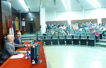Los profesores Eduardo Espín y Tomás Vidal se dirigen a los alumnos.