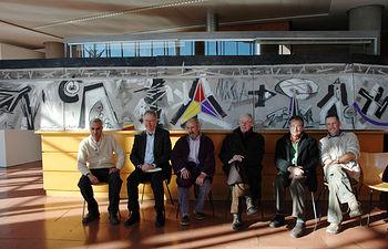 De izqda a dcha, Fernando Rovetta, Neils Wintringham, Quijano, Hugh Purcell y Manuel Requena, delante del mural en el hall de la Facultad de Humanidades.