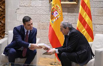 El presidente del Gobierno, Pedro Sánchez, y el president de la Generalitat de Catalunya, Joaquim Torra, departen sobre libros antes del comienzo de su reunión.