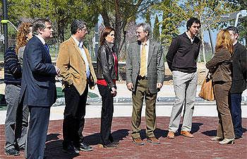 Visita al área deportivo saludable en el parque del cementerio