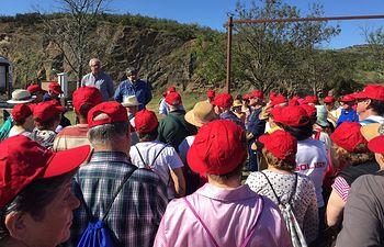 Director de Bienestar Social en la ruta senderista para personas mayores en la Via de la Jara.
