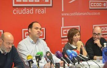 Jose Manuel Muñoz acompañado de su ejecutiva en la comparecencia hoy ante la prensa