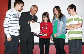 El director general de Ordenación y Evaluación, José Luis López, entrega a alumnos de primero de ESO del Instituto Alto Guadiana, de Tomelloso (Ciudad Real) uno de los premios del VI Concurso Escolar de Videoclips sobre la Prevención de Tabaquismo.
