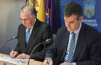 Antonio Román y Amado Franco firman el convenio de colaboración Ayuntamiento-Ibercaja