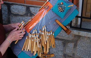 La industria de blondas y encajes forma parte de la artesanía de Almagro. En la foto, una mujer haciendo encaje de bolillos.